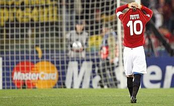 Eroico Francesco Totti che ha visto sfumare il passaggio ai quarti dopo l'errore di Tonetto dagli 11 mt.